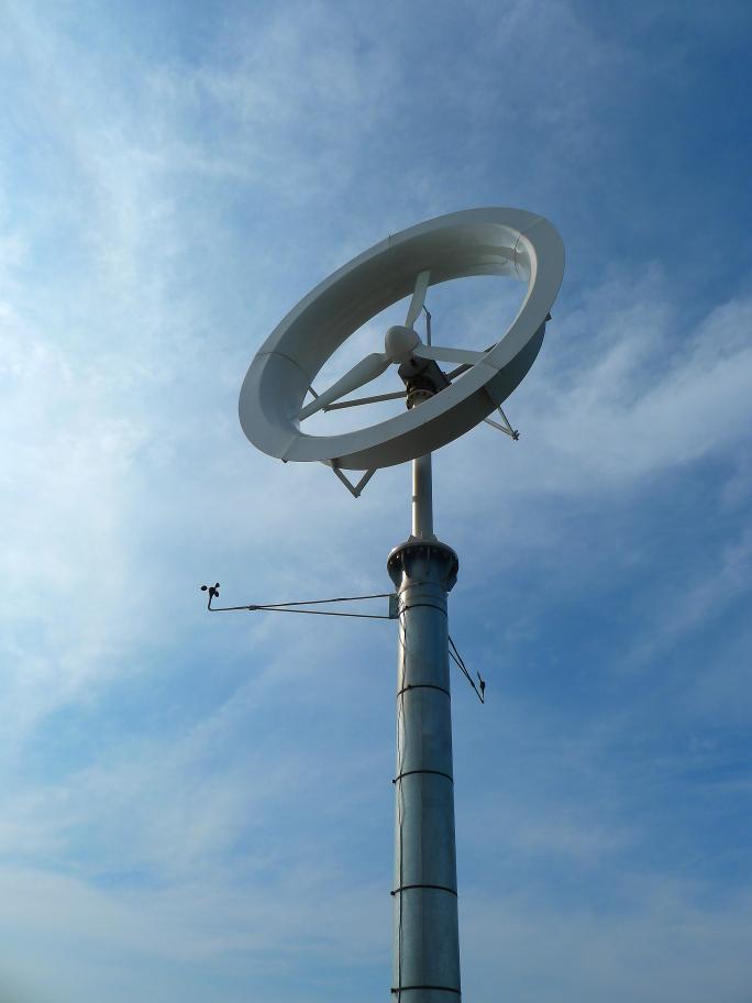 Вітрогенератор з вітряною лінзою.